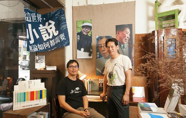 三餘書店的五位創辦人之二:謝一麟(左)、童維辰(右)認為,三餘不僅是書店,更是推廣閱讀的空間。透過三餘,人人都可以去找尋屬於自己經驗的東西,文化與歷史就能在這樣的過程中被銜接、傳承。