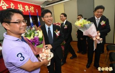 國立大學卸新任校長聯合交接典禮1日在教育部舉行,新任校長在交接後觀禮來賓獻花祝賀。(記者張嘉明攝)