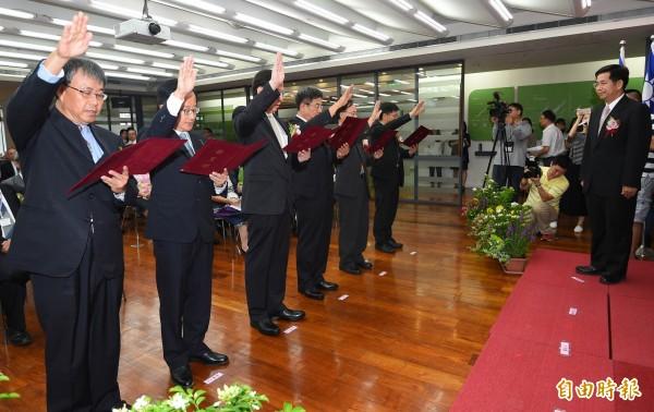 教育部長潘文忠(右)主持國立大學卸新任校長聯合交接典禮,新任校長在交接後一同宣誓。(記者張嘉明攝)