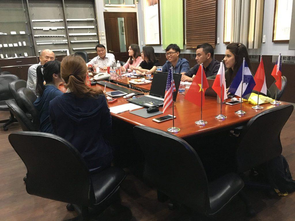 彬騰企業組成員與企業主的會議討論
