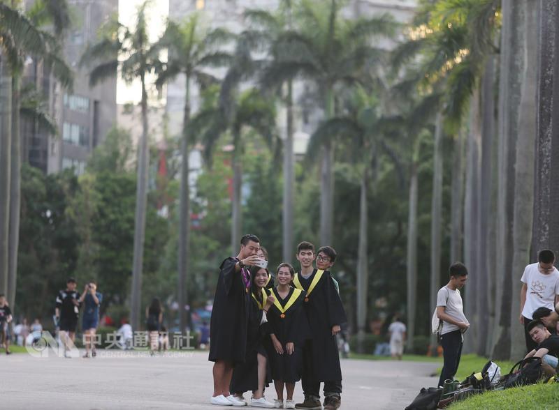 英國高等教育調查公司QS 5日公布2016世界最佳大學排行榜,國立台灣大學排名較去年上升2名,成為第68,是台灣唯一晉身全球前百大的大學。圖為台灣大學椰林大道。(中央社檔案照片)