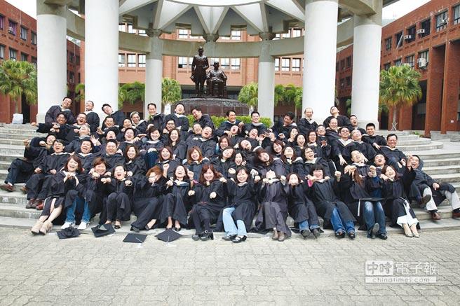 中山EMBA第14屆校友畢業照。圖/中山大學管院提供