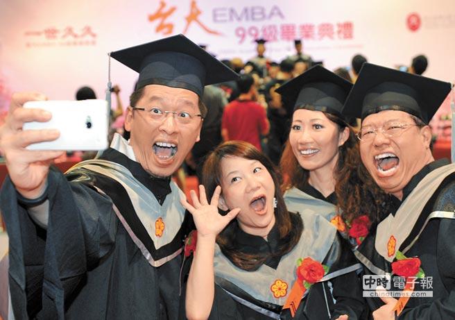 台灣大學管理學院與復旦大學管理學院共同開設的「台大-復旦EMBA境外專班」第一屆畢業生自拍紀念。(新華社)