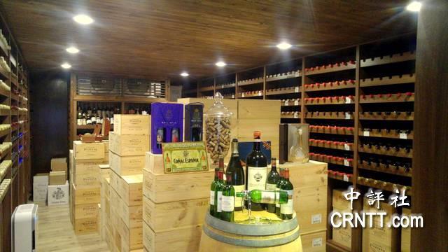 鄭再興的專屬酒窖與收藏。(中評社 高易伸攝)