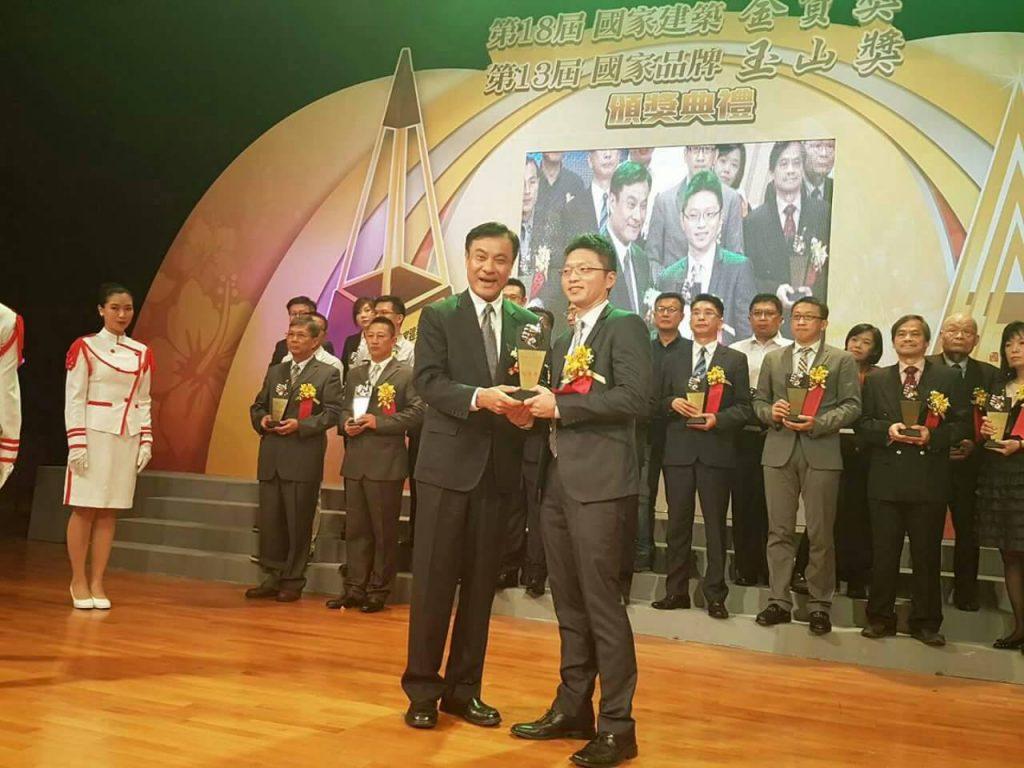 賀!EMBA-8蘇成達學長工程獲第18屆國家建築金質獎(領獎者為蘇成達學長兒子蘇育璋學長(EMBA16))