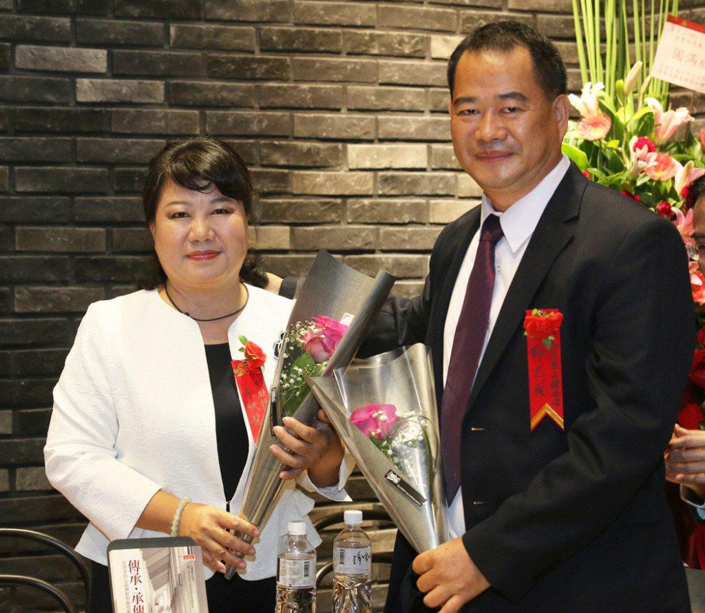 凱亞良品總經理鄭志強(右)和行願投資董事長吳映慧(左)夫妻,不但一起出書更是應屆畢業的同班同學。記者劉學聖/攝影