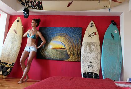 艾玲房間裏的衝浪板、海浪壁畫,洋溢濃濃的海洋風。郭運復攝