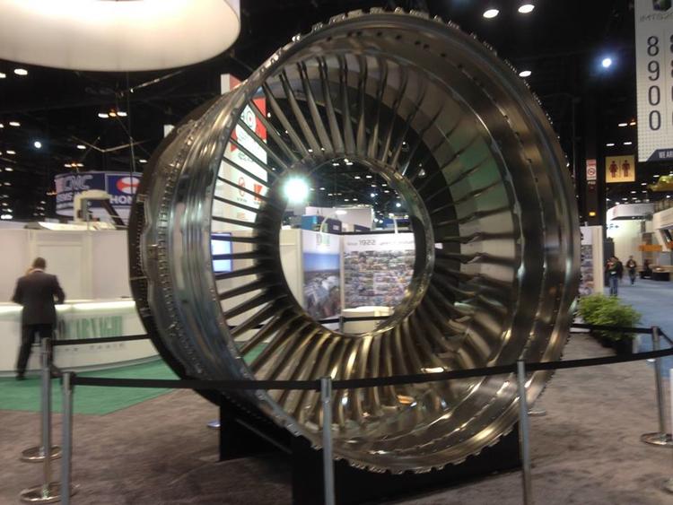 這家公司沒有展覽任何機械,但是把這個東西放出來,然後說是哪台機器製造的,大家就知道他們的實力了。這是Rolls-Royce的飛機引擎零件。