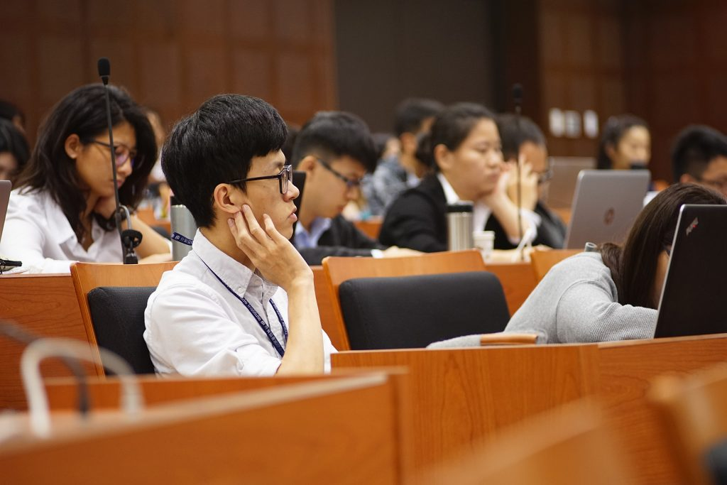 學生專注聆聽