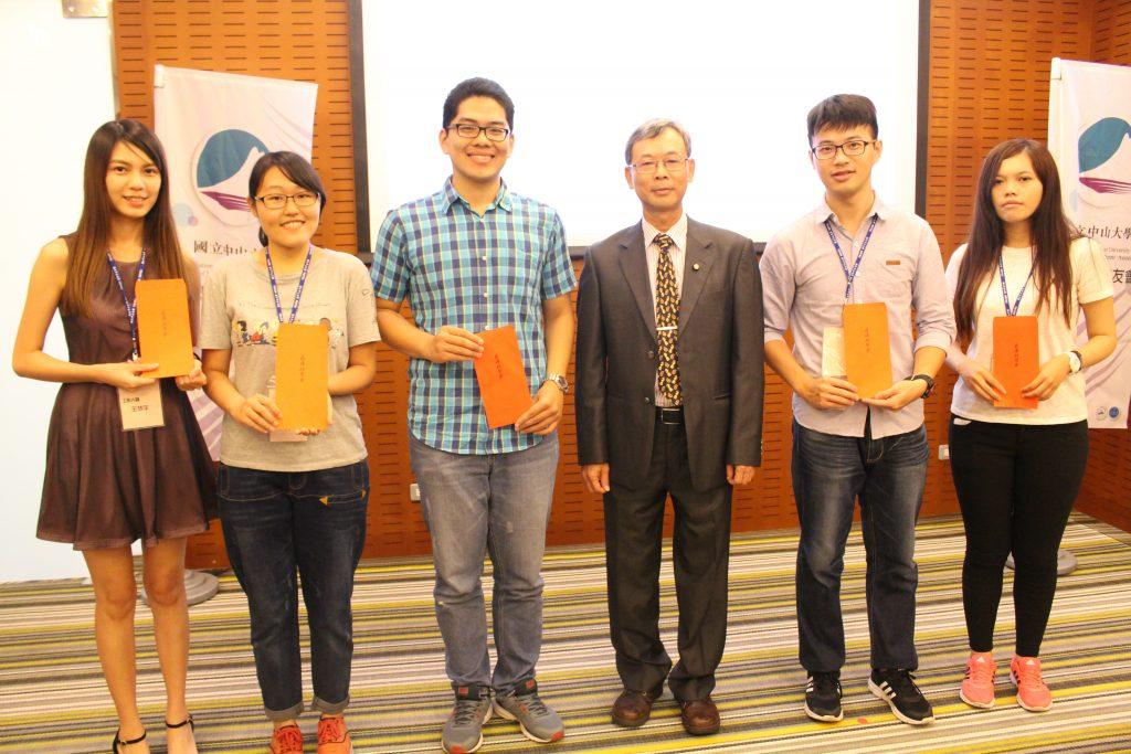 陳建榮學長(右三)頒贈薪傳獎助學金