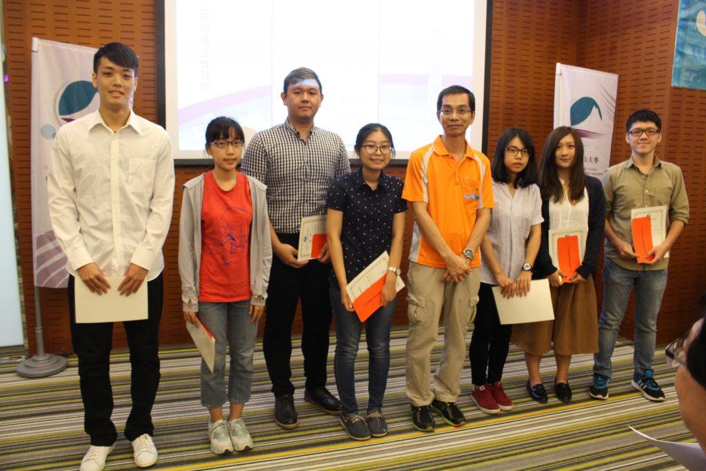 林新沛副院長(右四)頒贈中山管理教育基金會成績優異獎學金
