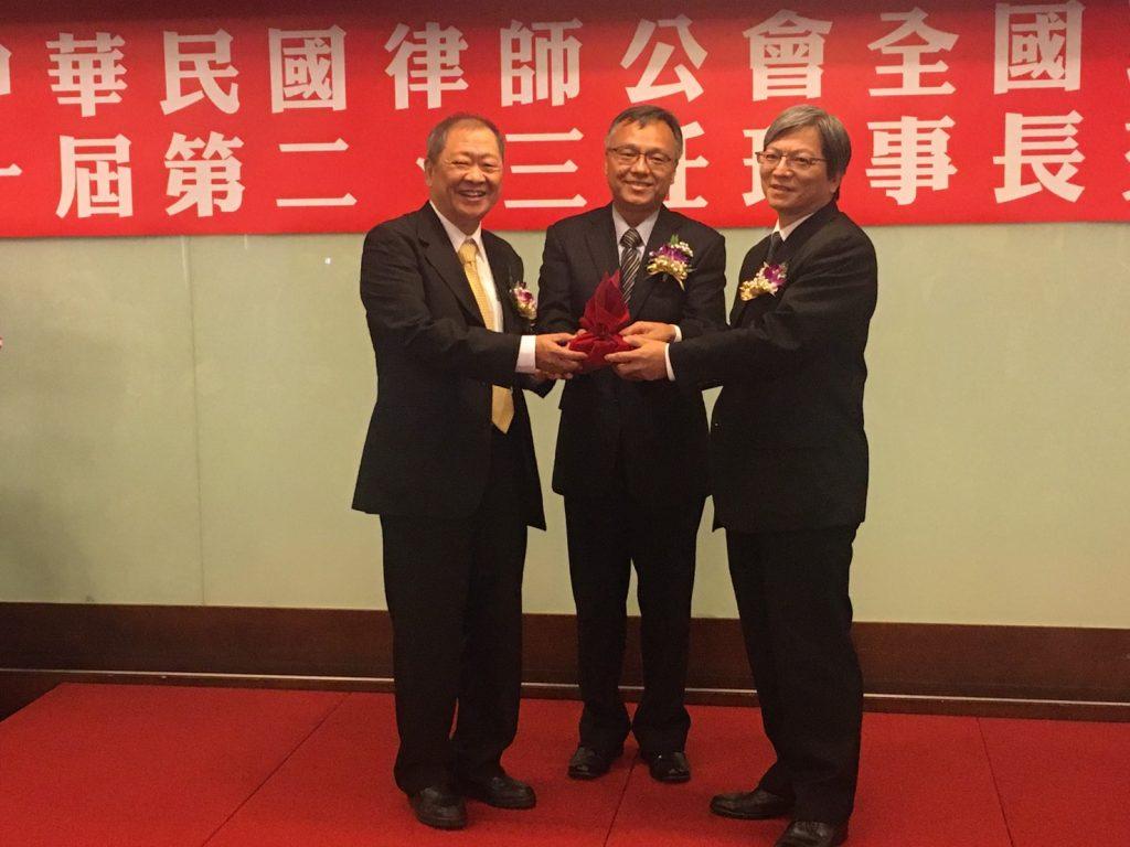 E18蔡鴻杰學長(右一)榮任全國律師公會聯合會理事長
