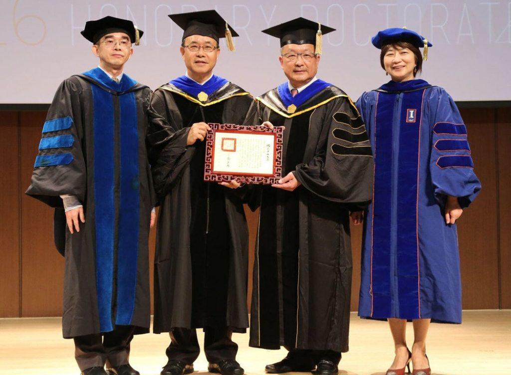 中山大學校長鄭英耀(左二)頒發名譽博士給龍慶鋼鐵公司董事長謝進南(右二),管院院長陳世哲(左一)與教務長黃心雅(右一)祝賀。記者徐如宜/攝影