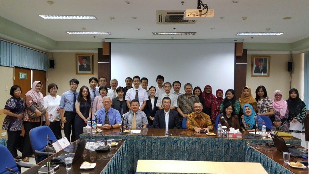 本校參訪代表與Airlangga University國際長、各系所教師合影