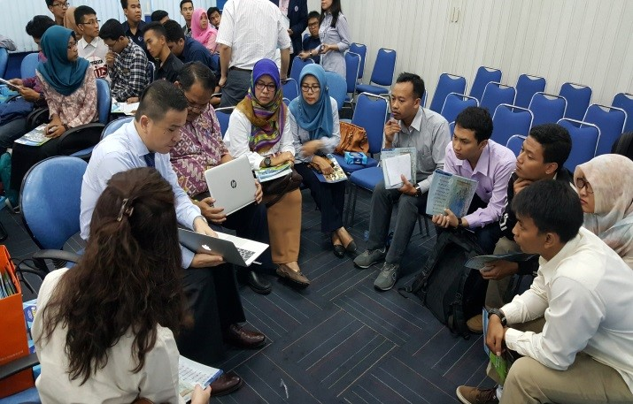 陳媛玲老師(左一)、徐士傑主任(左二)回答State Polytechnic of Malang學生來台就讀問題