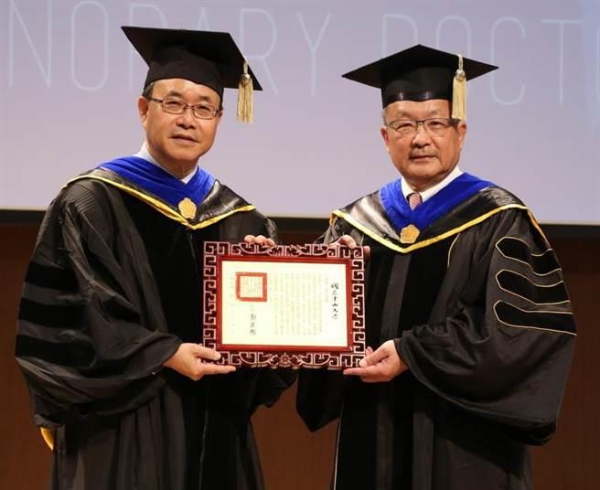 龍慶鋼鐵董事長謝進南獲頒中山大學名譽博士,左為中山大學校長鄭英耀。 (劉宥廷翻攝)