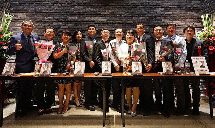 台灣第一本EMBA同班同學的集體智慧書「傳承・承傳」正式出版!這是中山E17的12位學長姐一起合作創作,除為全球 EMBA的發展創造歷史外,更將該本書獻給母校,展現「中山人・一家人」的氣勢。中山大學 中山大學EMBA/提供