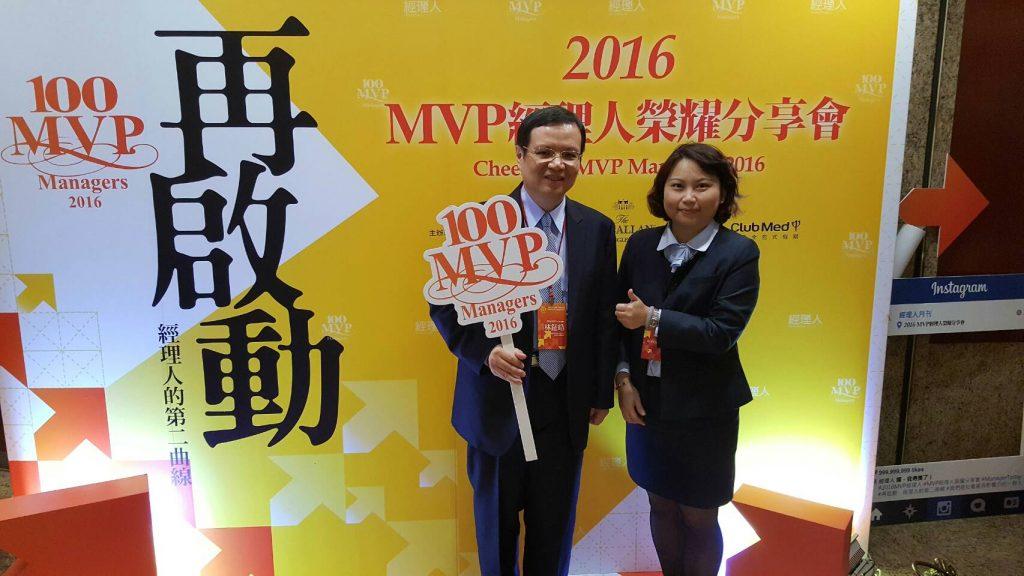EMBA-13黃盈璇學姐(右)與EMBA-17林鉦皓學長(左)合影