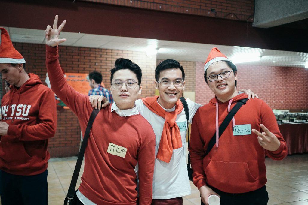 學生打扮得很有聖誕氣氛