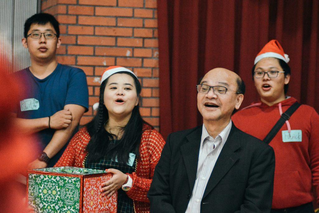 宋兆賢老師(右二)與學生同樂
