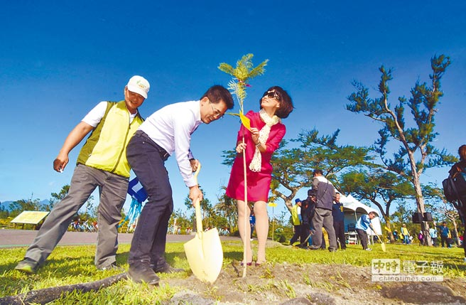 新生台東縣長黃健庭就職7周年,在森林公園種下希望之樹。(莊哲權攝)