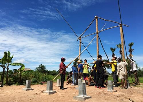 於柬埔寨當地進行房屋建設。