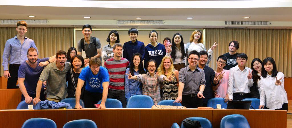 紀乃文老師(前排右六)與學生課堂合影