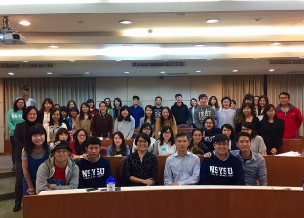 美國波士頓大學吳浩銘副教授(右三)與本校行傳所蕭蘋教授(左四)講座後與同學合影。
