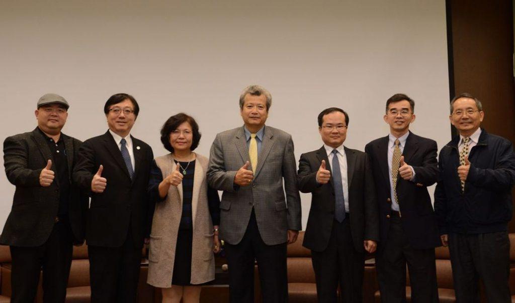 中山大學管理學院今天邀請傑出校友中鋼董事長翁朝棟(中)分享新南向政策的經驗。