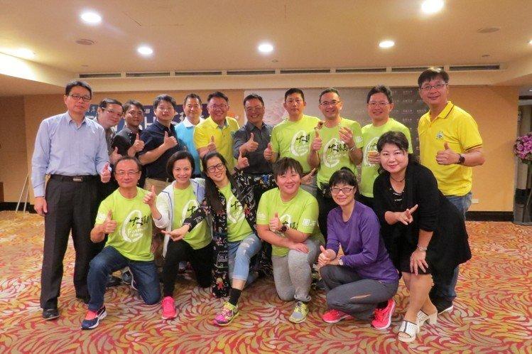 中山大學EMBA執行長林東清(後排右五)特別到慶功宴會場獎勵大家。 李福忠/攝影