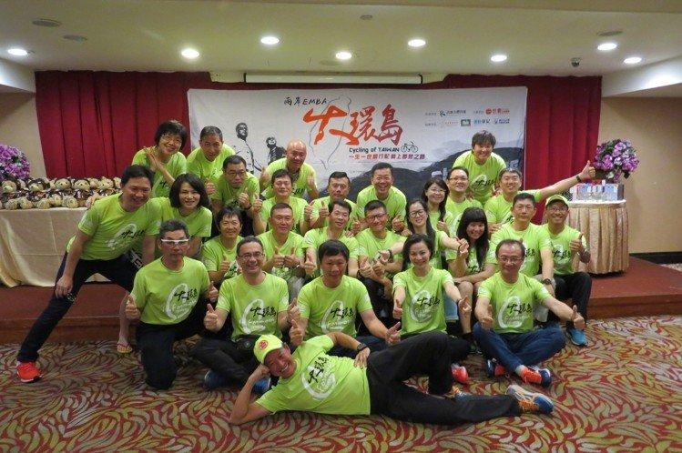 為期10天的「看見台灣1314K大環島」壯舉完成,30位來自兩岸EMBA菁英在歷經萬難後嚐到成功的甜蜜果實,慶功宴時大家心情激動且喜悅。 李福忠/攝影
