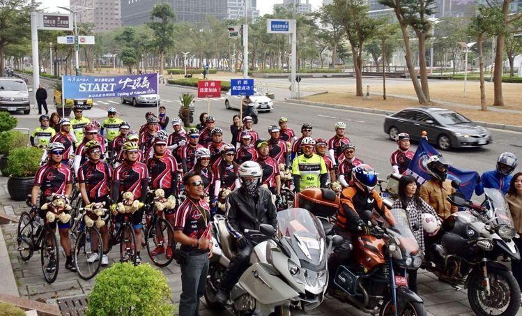 由兩岸EMBA學生組成的「看見台灣大環島1314K騎行記」,從高雄85大樓君鴻國際酒店前出發前的壯大陣容。 世寰企管/提供