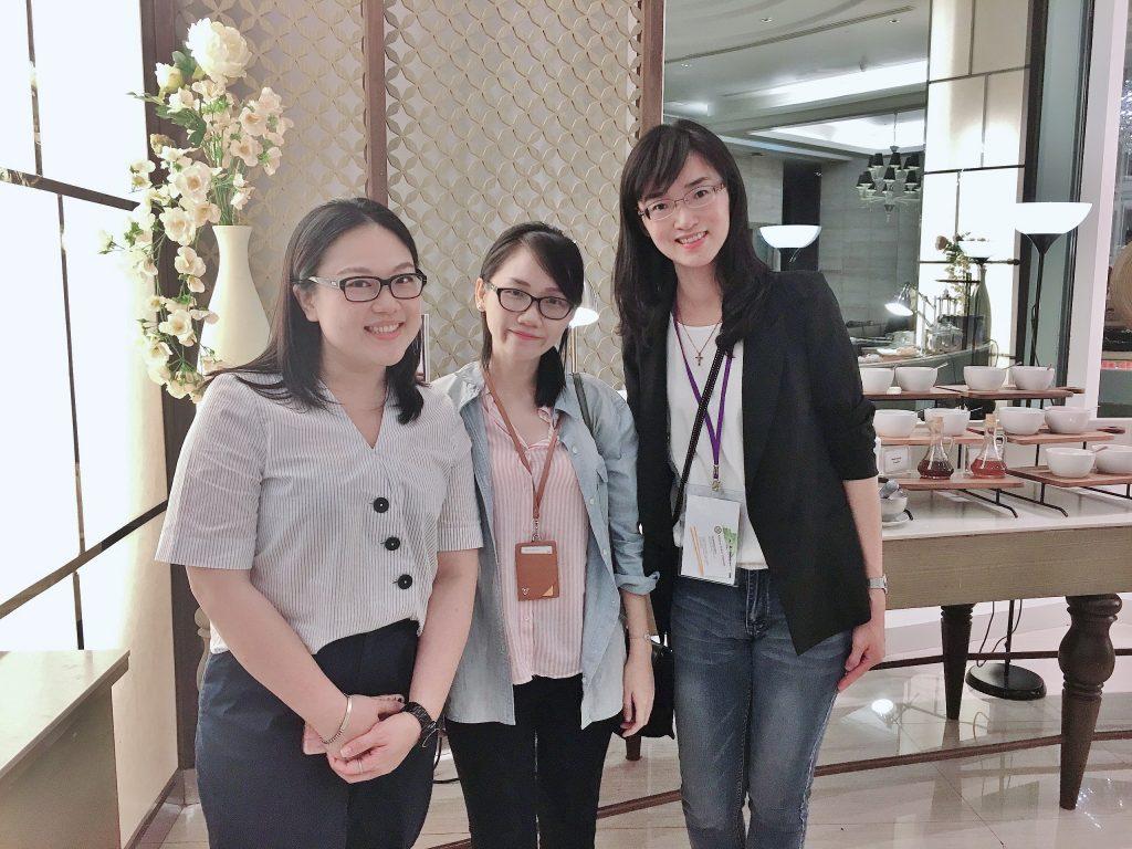 左起IBMBA校友陳惠江、GHRM MBA校友周裕玲,和國際學程行政組員黃于芬