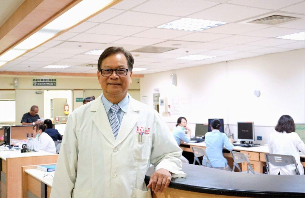 賴春生於高醫大附設醫院整形外科病房護理站
